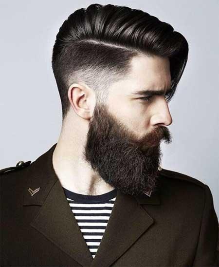 Erkek Saç Modelleri 2019 yazısı için kullanılan resimde, yanlar kısa üstler orta boy ve yana taralı saç stiline sahip yakışıklı bir erkek var.