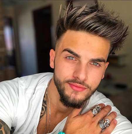 Erkek Saç Modelleri 2019 yazısı için kullanılan resimde, kalp şeklinde yüze, kirli sakala ve orta boy kesim, havalı saçlara sahip yakışıklı bir erkek var.