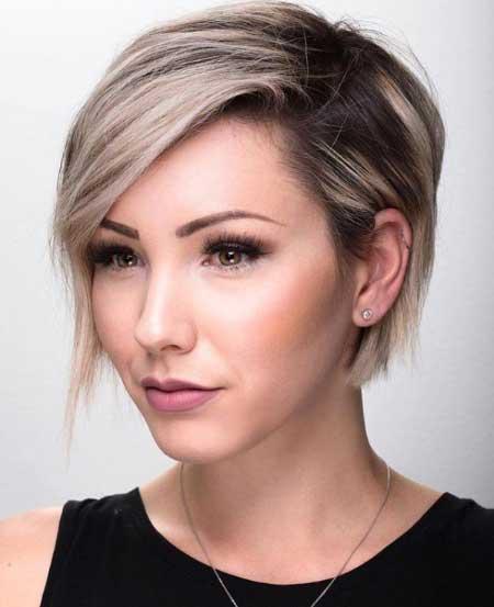 Kısa ince telli saçlar için saç kesim modelleri bayan - Resimde asimetrik kesim kısa saç stiline sahip bir kadın var.