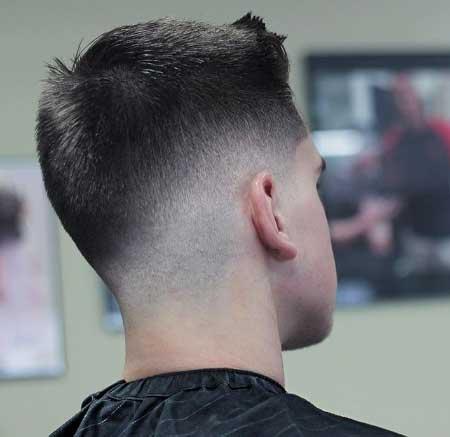 Erkek Saç Modelleri 2019 yazısı için kullanılan resimde, yanlar üstlere göre biraz daha kısa modern saç stiline sahip genç bir erkek var.