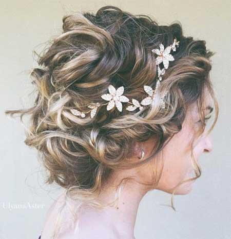 Düğün Saç Modelleri 2018 yazısı için kullanılan resimde kısa ve kıvırcık saç stiline ve çiçekli taca sahip güzel bir gelin var.