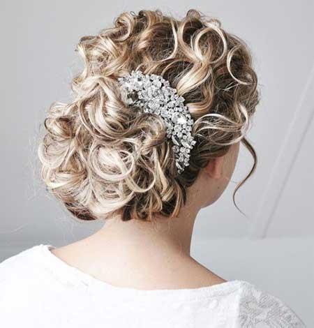 Düğün Saç Modelleri 2018 yazısı için kullanılan resimde, saçında taç bulunan ve kıvırcık yeni saç stiline sahip güzel bir gelin var.