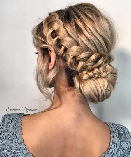 Düğün Saç Modelleri 2018 yazısı için kullanılan resimde, örgülü, modern ve yeni topuz saç stiline sahip güzel bir gelin var.