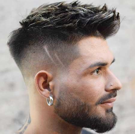 Erkek Saç Modelleri 2019 yazısı için kullanılan resimde, orta boy, modern saç stiline sahip yan profil duran genç bir erkek var