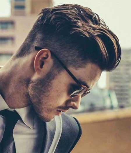 Erkek Saç Modelleri 2019 yazısı için kullanılan resimde, orta boy, modern saç stiline sahip yan profil duran gözlüklü ve yakışıklı bir erkek var.