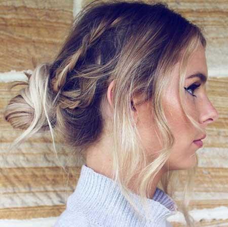 Orta boy ince telli saçlar için saç kesim modelleri - Resimde, arkadan topuza, yanlardan örgülere ve ince telli saçlara sahip bir kadın var.