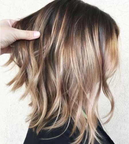 Orta boy ince telli saçlar için saç kesim modelleri bayan - Resimde, ince telli saçlara sahip sarışın bir kadın var.