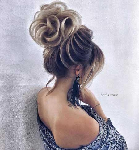Düğün Saç Modelleri 2018 yazısı için kullanılan resimde; modern, yüksek topuz saç stiline sahip güzel bir gelin var.