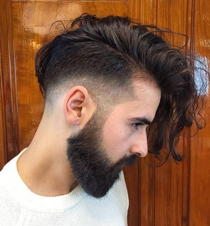 Erkek Saç Modelleri 2019 yazısı için kullanılan resimde, yanlar kısa, üst kısım uzun ve yana taranmış erkek saç stili var.