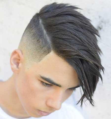 Yanlar kısa, üst kısım uzun ve yana taranmış erkek saç modeli.