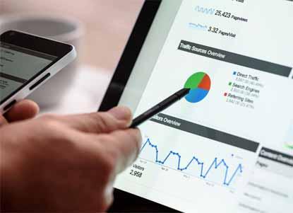 Şirketler için Web Sitesi Kurma yazısı için kullanılan öne çıkarılan görselde, bir şirketin site analizlerini gösteren bilgisayar ekranı var.